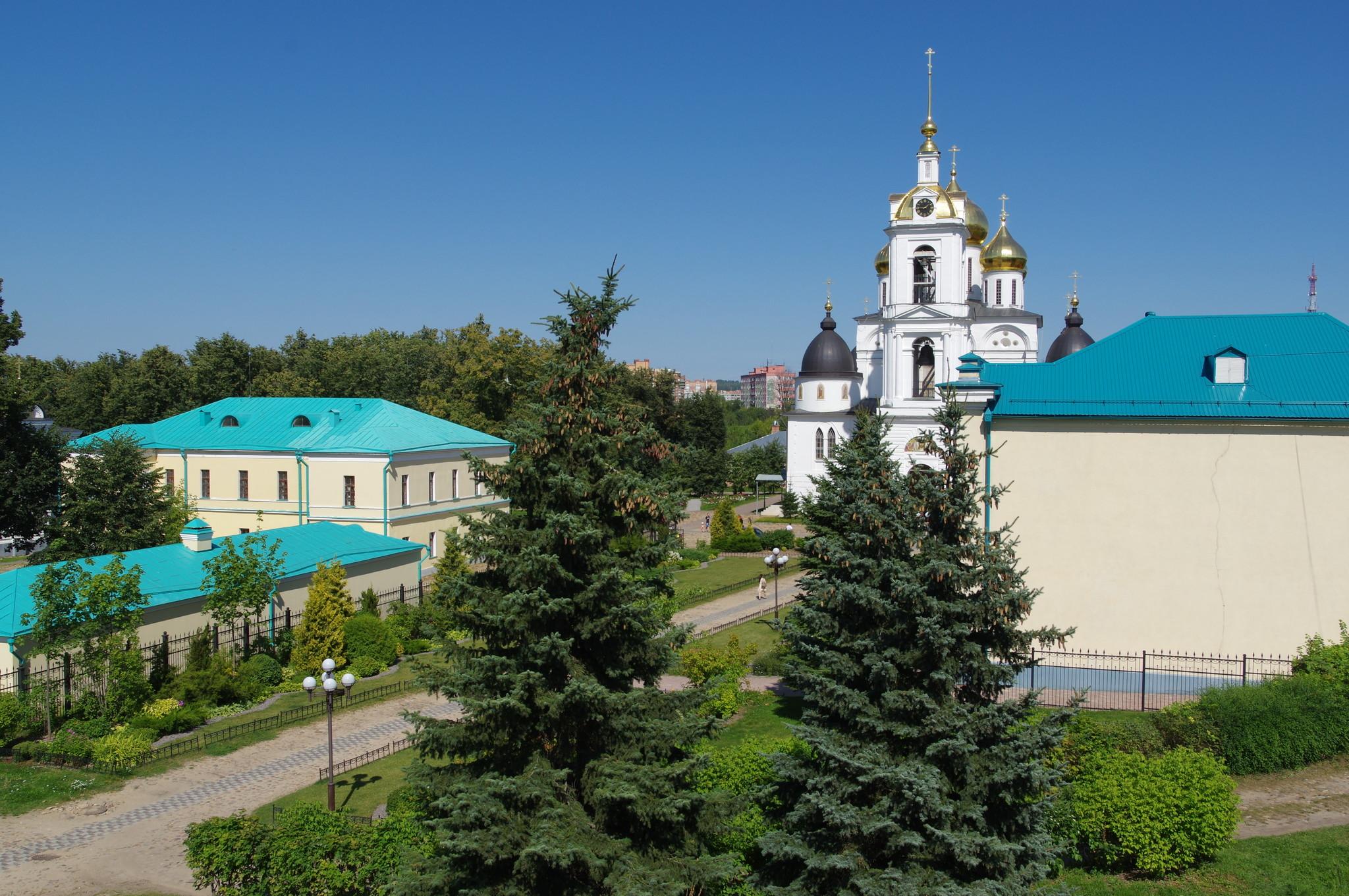 Южный вход в Дмитровский кремль со стороны площади (Московская область)