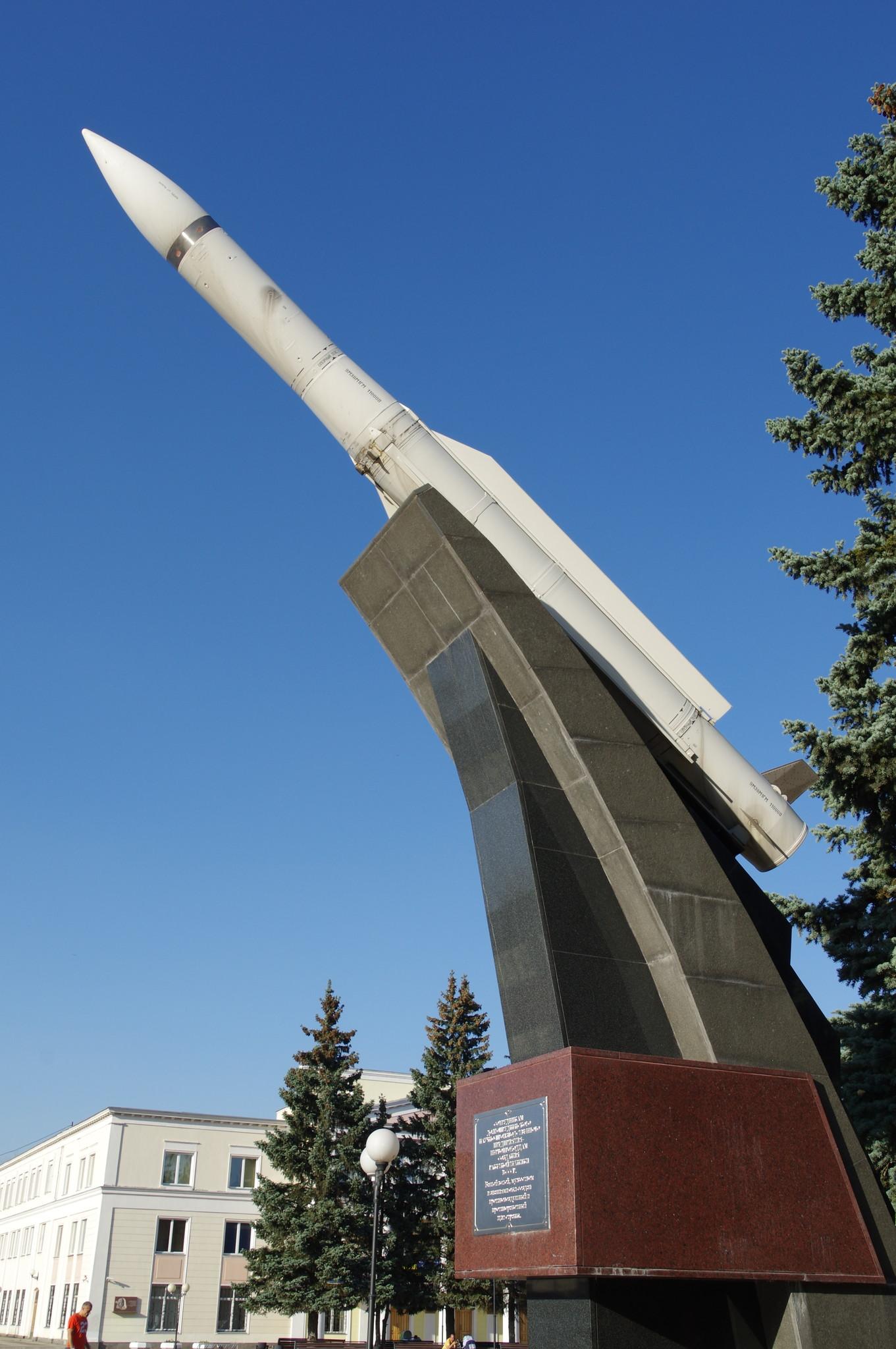Памятник ракете «9М38» у проходной ПАО «Долгопрудненское научно-производственное предприятие»