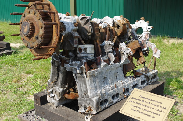 Повреждённый дизель В-2-34 танка Т-34 участвовавшего в 1943 году в боевых действиях под Новгородом