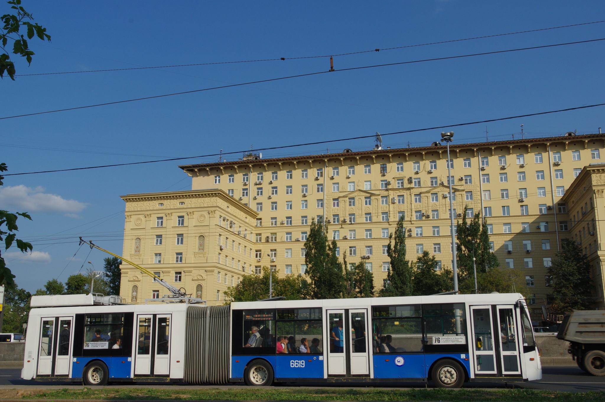 Троллейбус ТролЗа-6206 с бортовым № 6619 следует по маршруту № 76