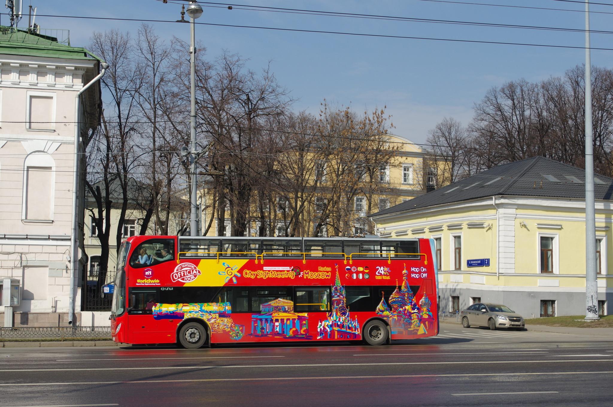 Красный двухэтажный автобус на Волхонке