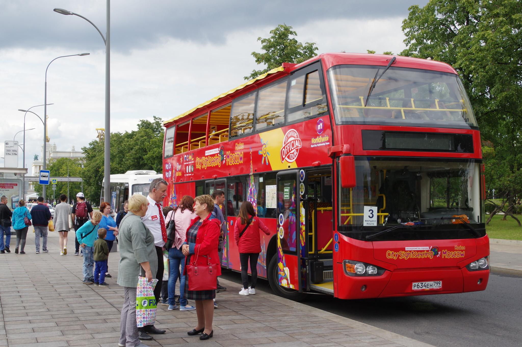 Красный двухэтажный автобус у ВДНХ