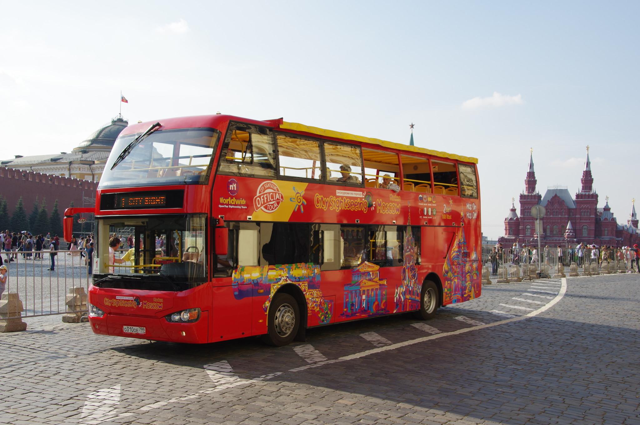 Красный двухэтажный автобус на Красной площади