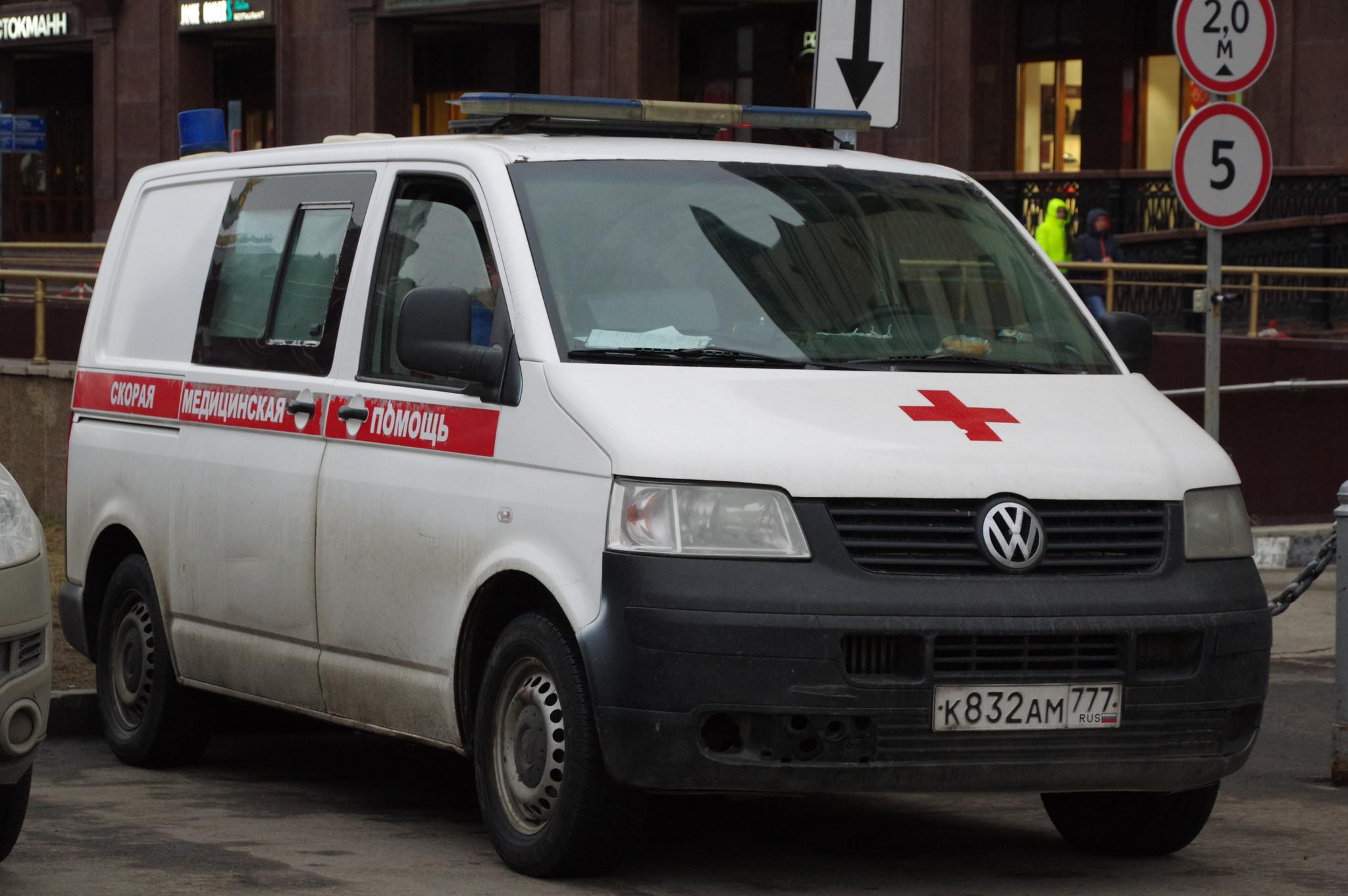 Автомобиль скорой медицинской помощи на площади Революции