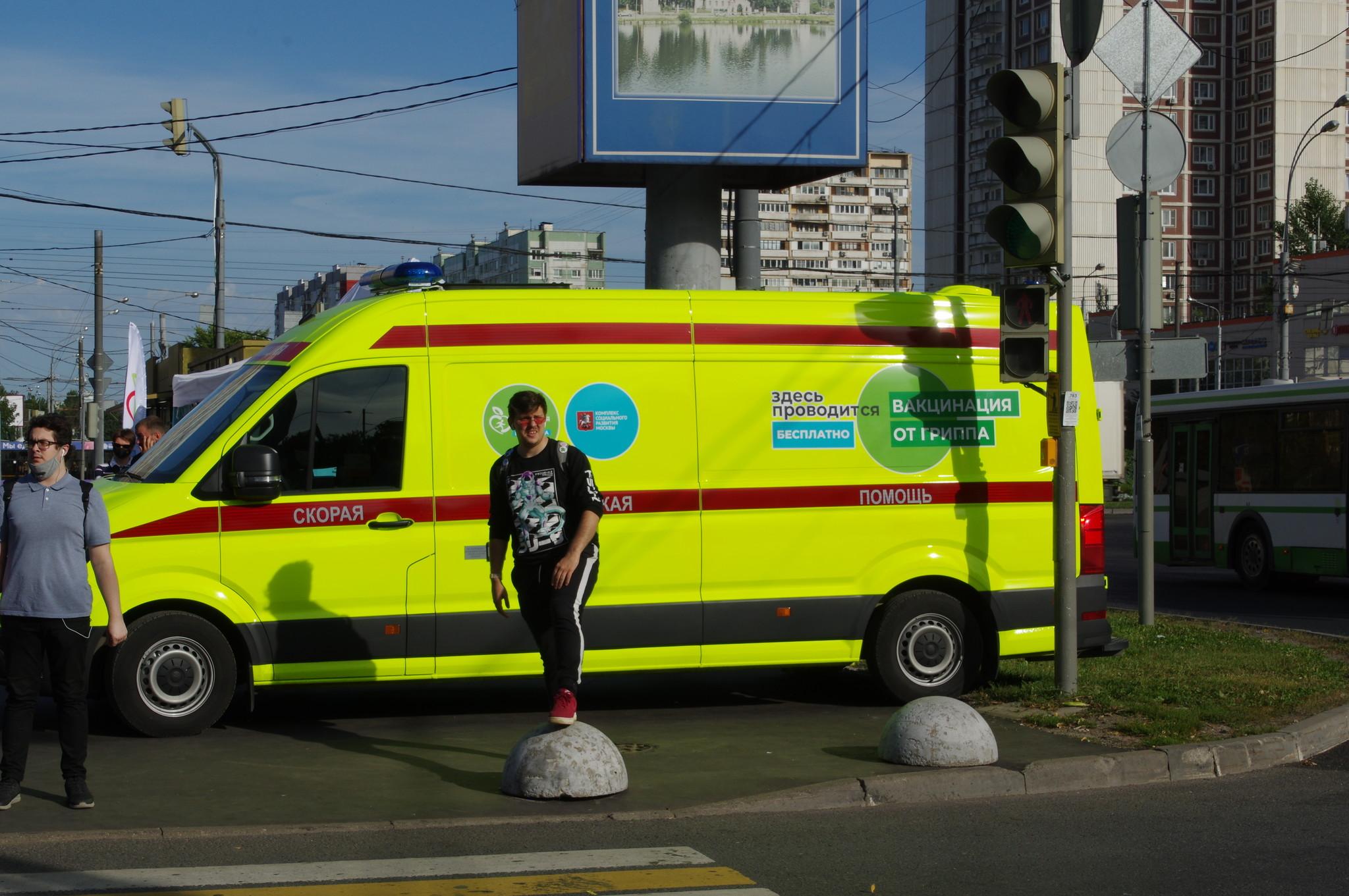 Мобильный пункт вакцинации против гриппа у станции «Алтуфьево» Московского метрополитена