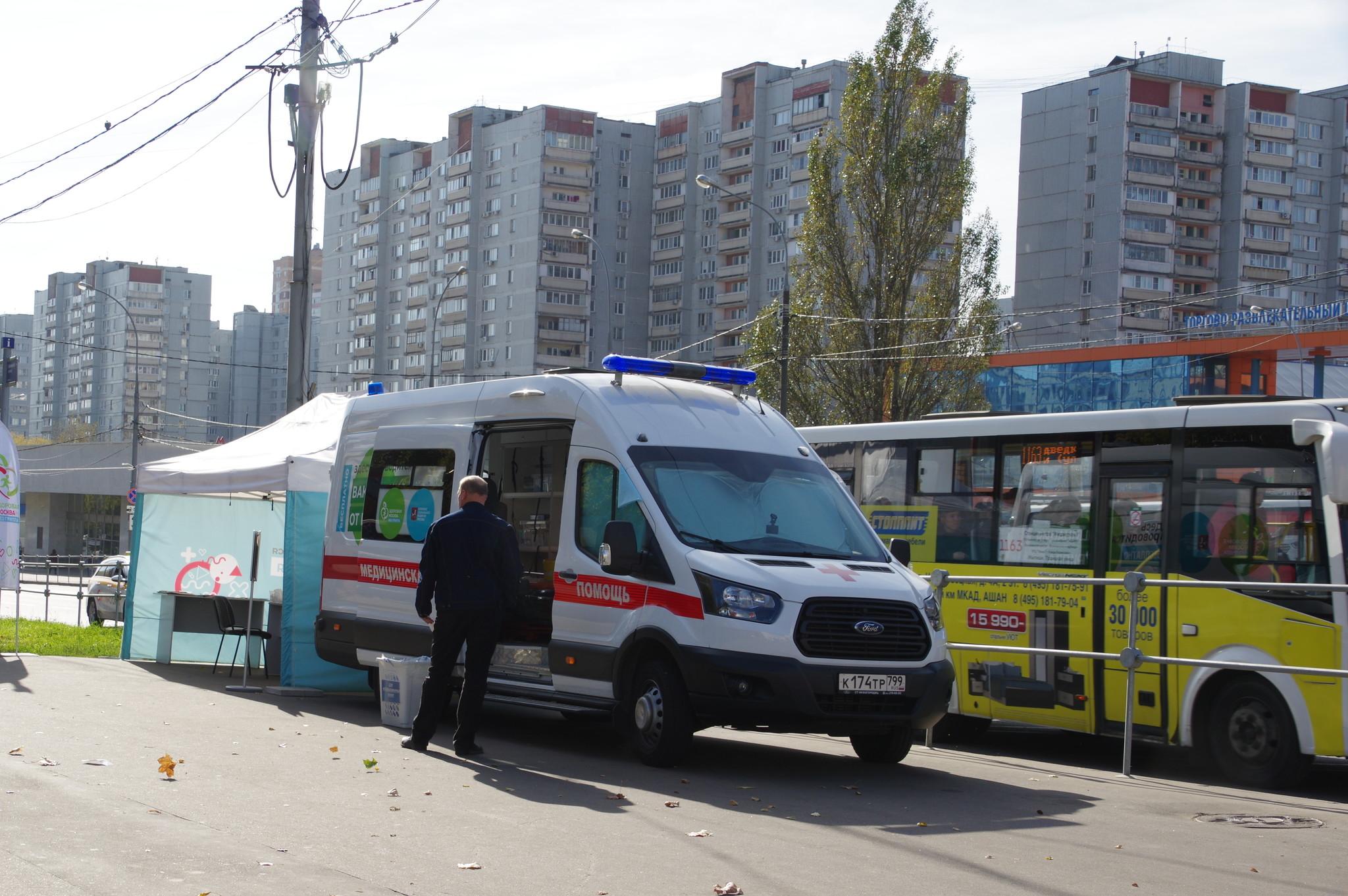 Мобильный пункт вакцинации против гриппа на улице Грекова