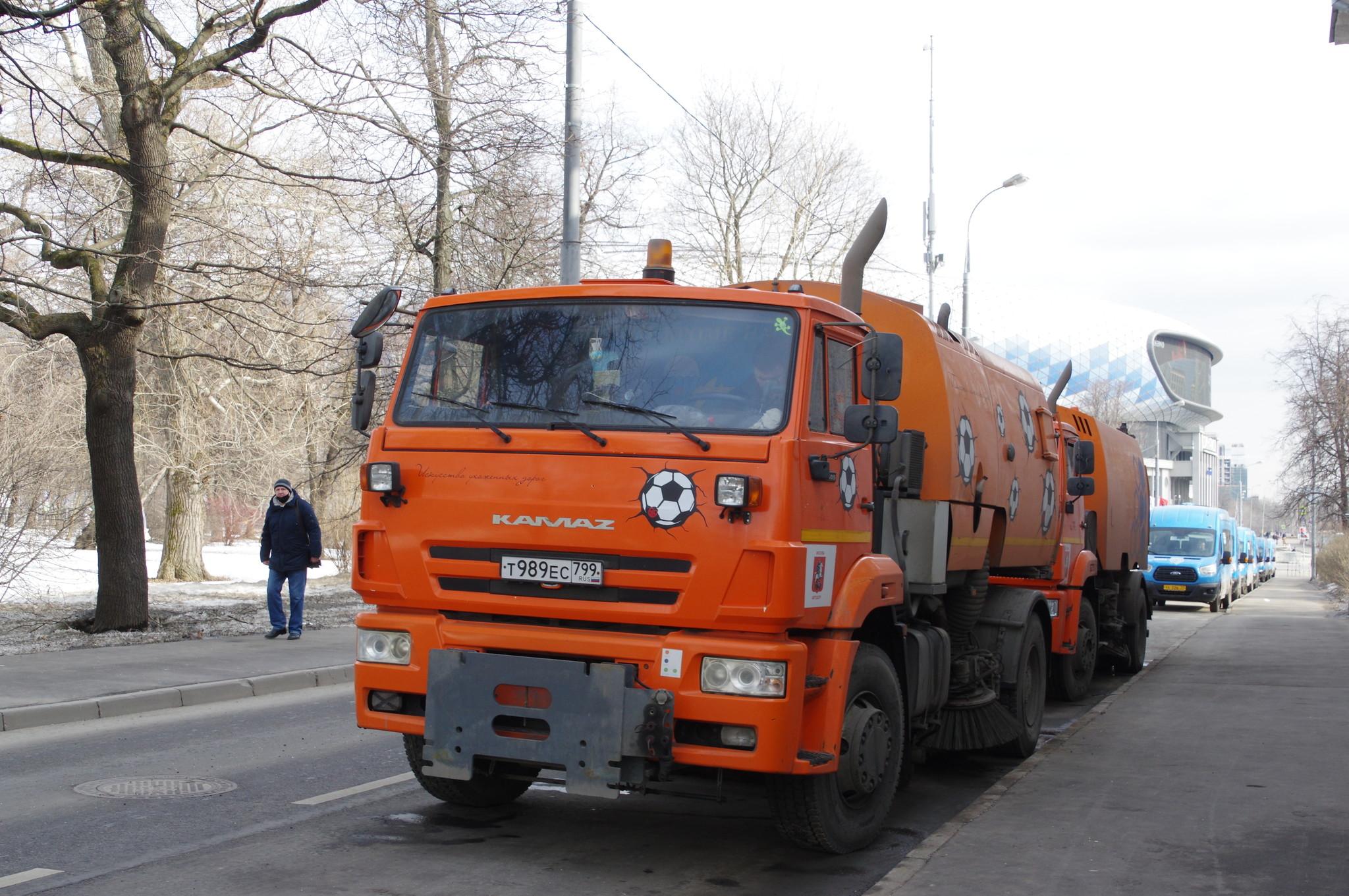 Автомобили КмАЗ на Трудовой аллее