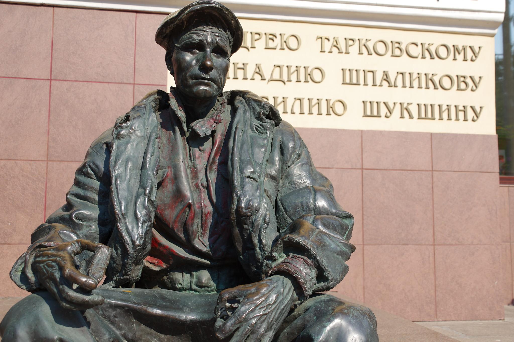 Памятник выпускнику ВГИКа Василию Шукшину