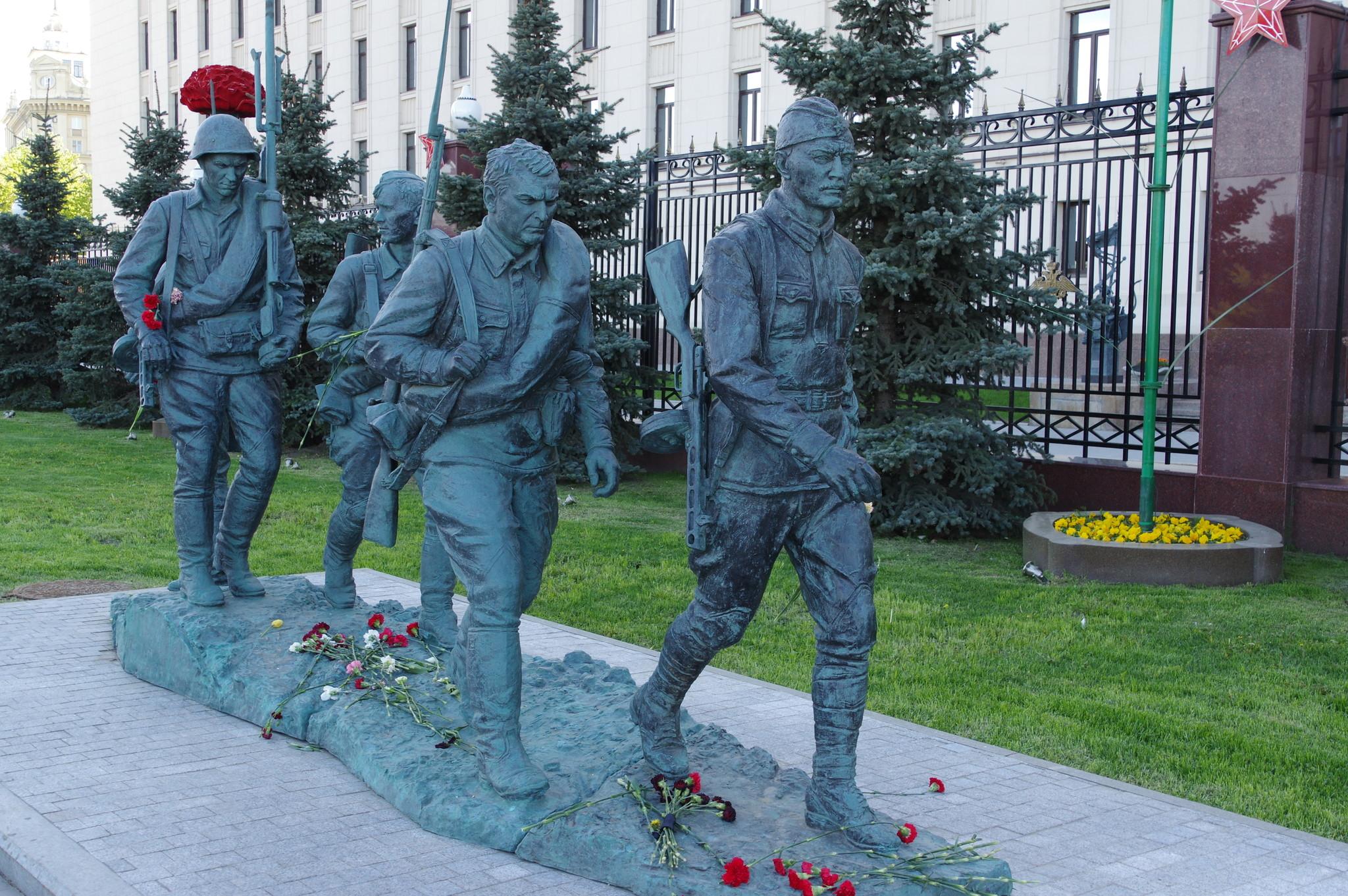 Скульптурная композиция «Они сражались за Родину» на Фрунзенской набережной перед фасадом здания Национального центра управления обороной России