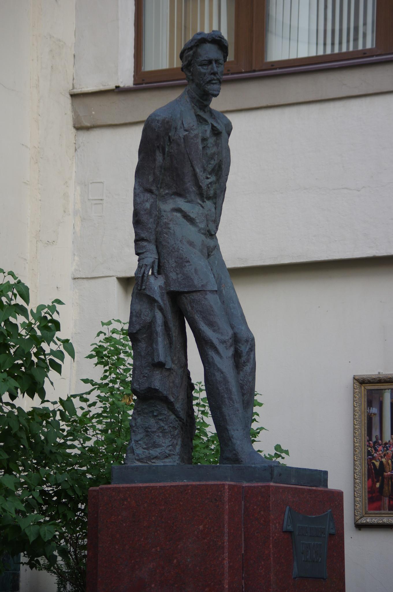 Памятник Антону Павловичу Чехову в Камергерском переулке