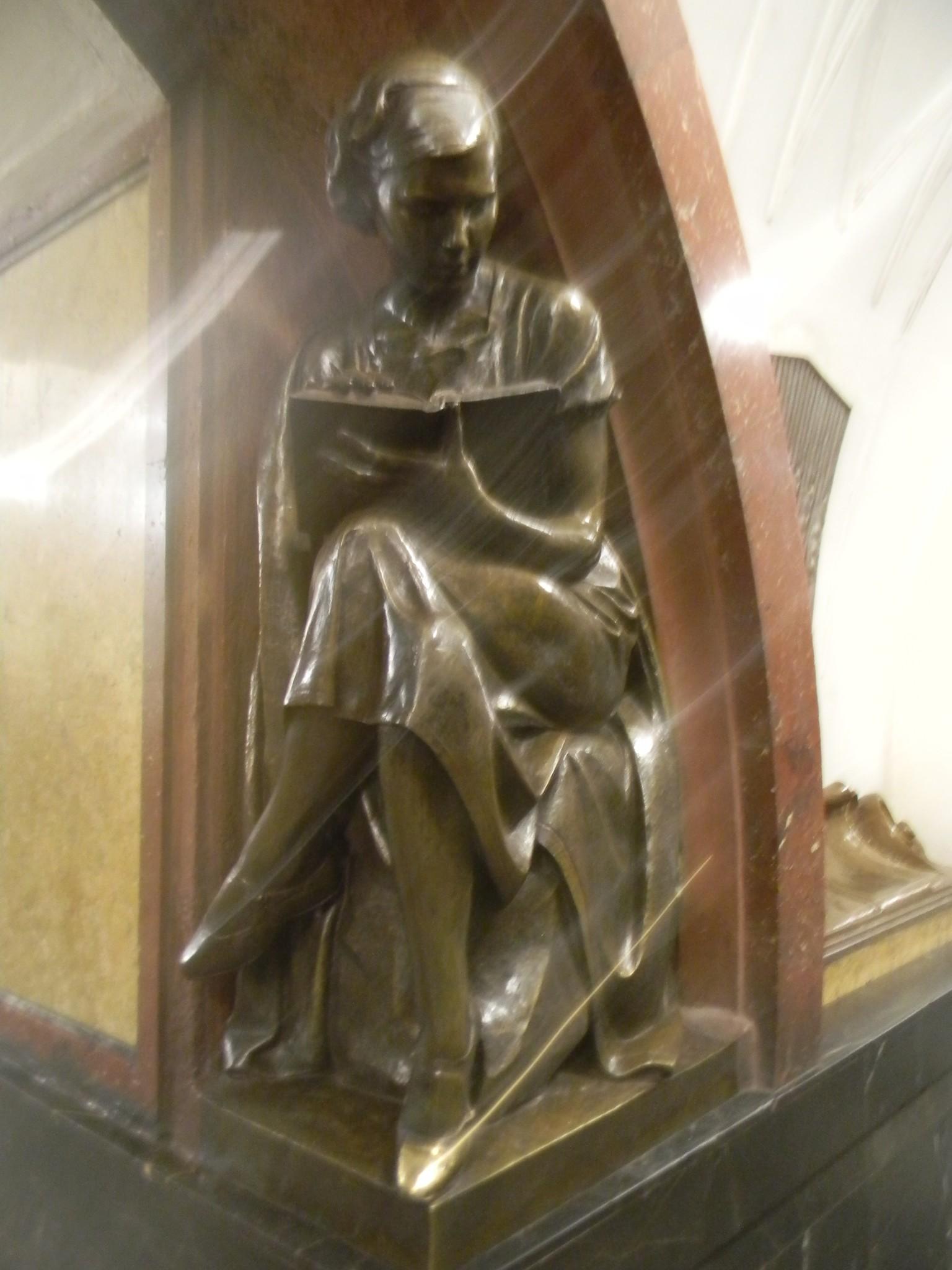 Скульптура «Студентка с книгой» на станции метро «Площадь Революции»
