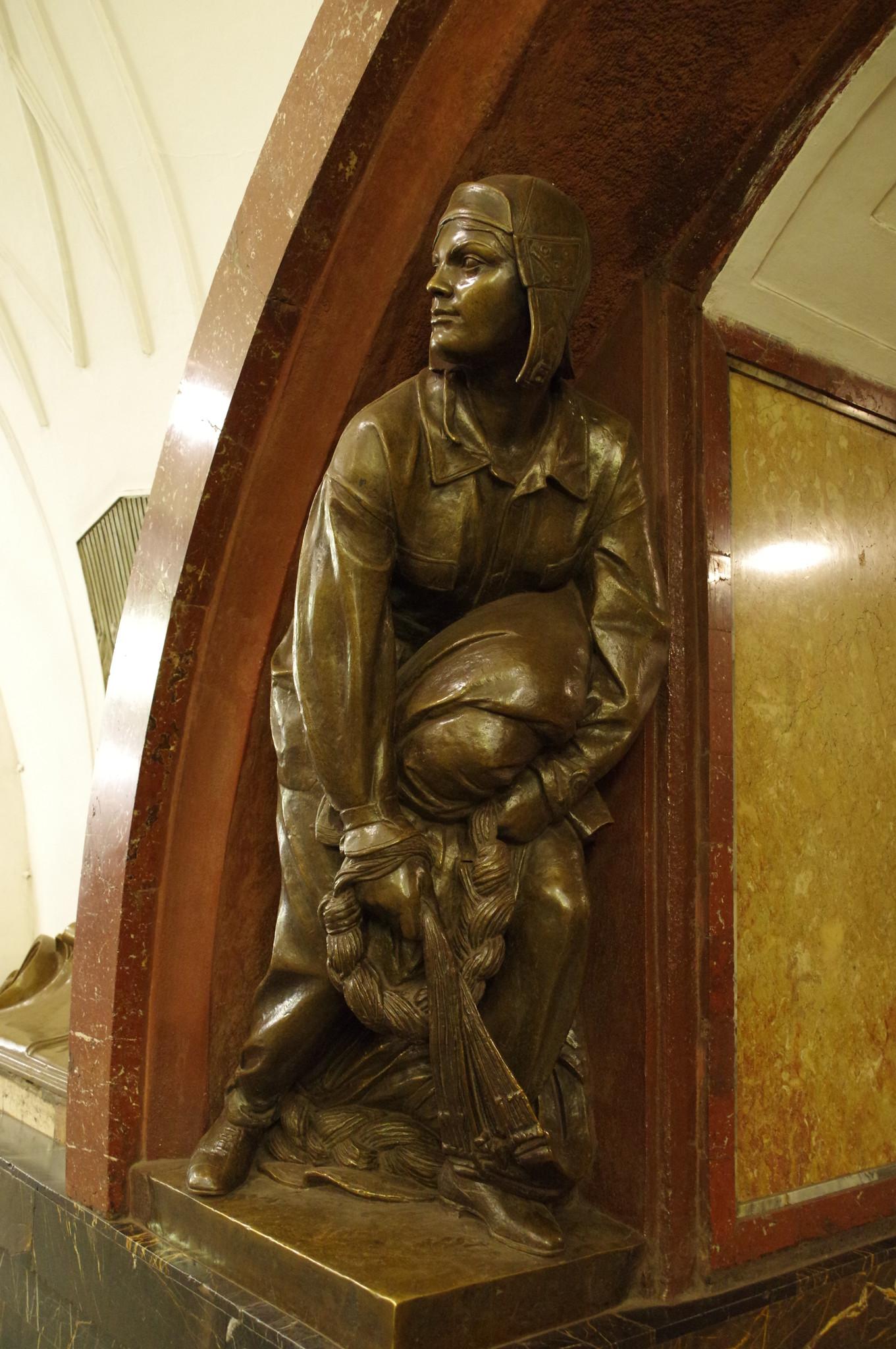 Скульптура «Парашютистка ДОСААФ» на станции «Площадь Революции» Московского метрополитена