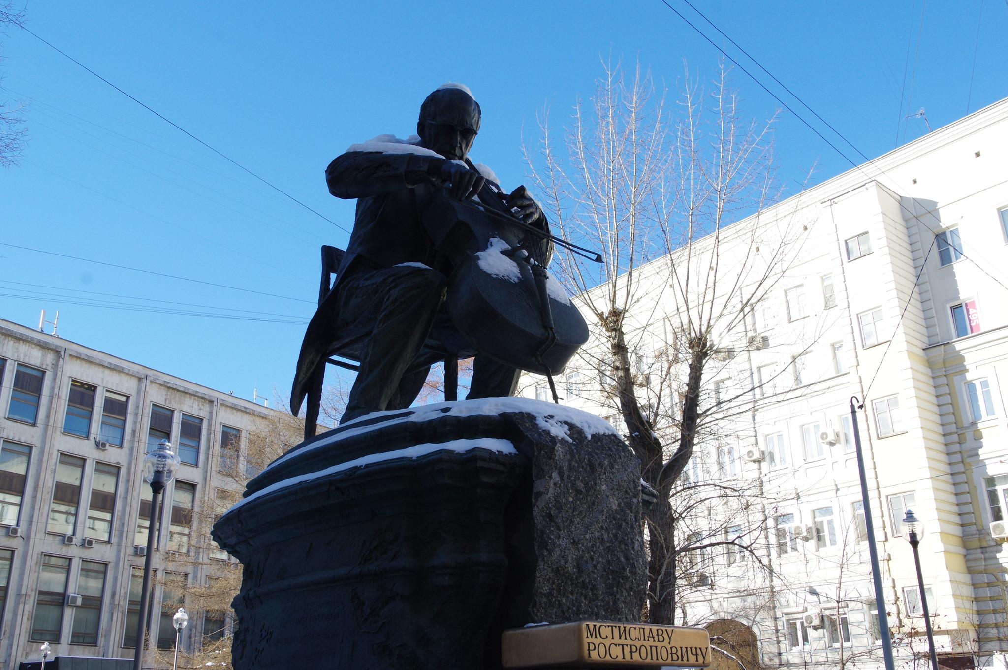 Памятник Мстиславу Леопольдовичу Ростроповичу на углу Брюсова и Елисеевского переулков в Москве