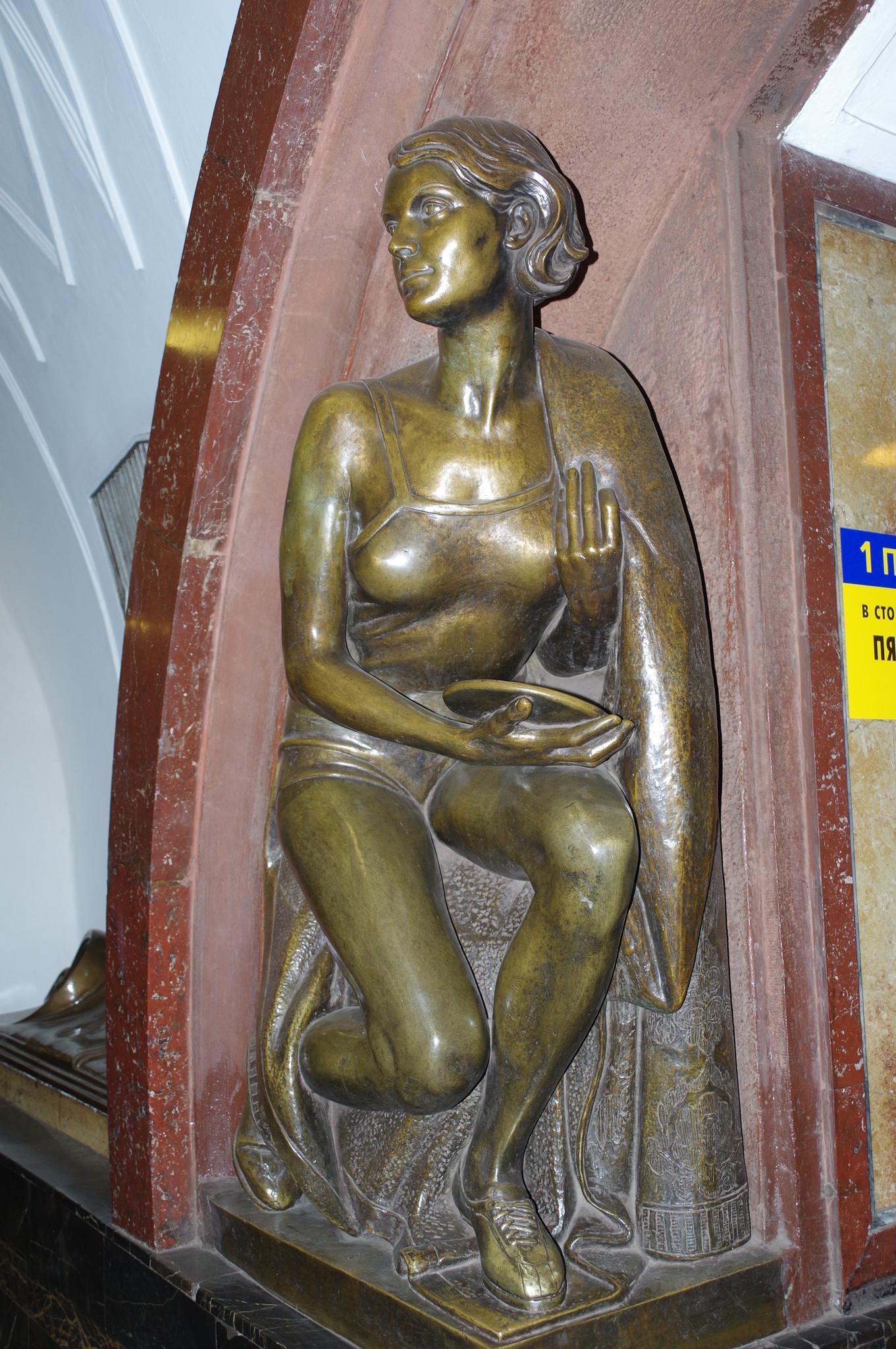 Скульптура «Спортсменка-дискоболка» на станции «Площадь Революции» Московского метрополитена