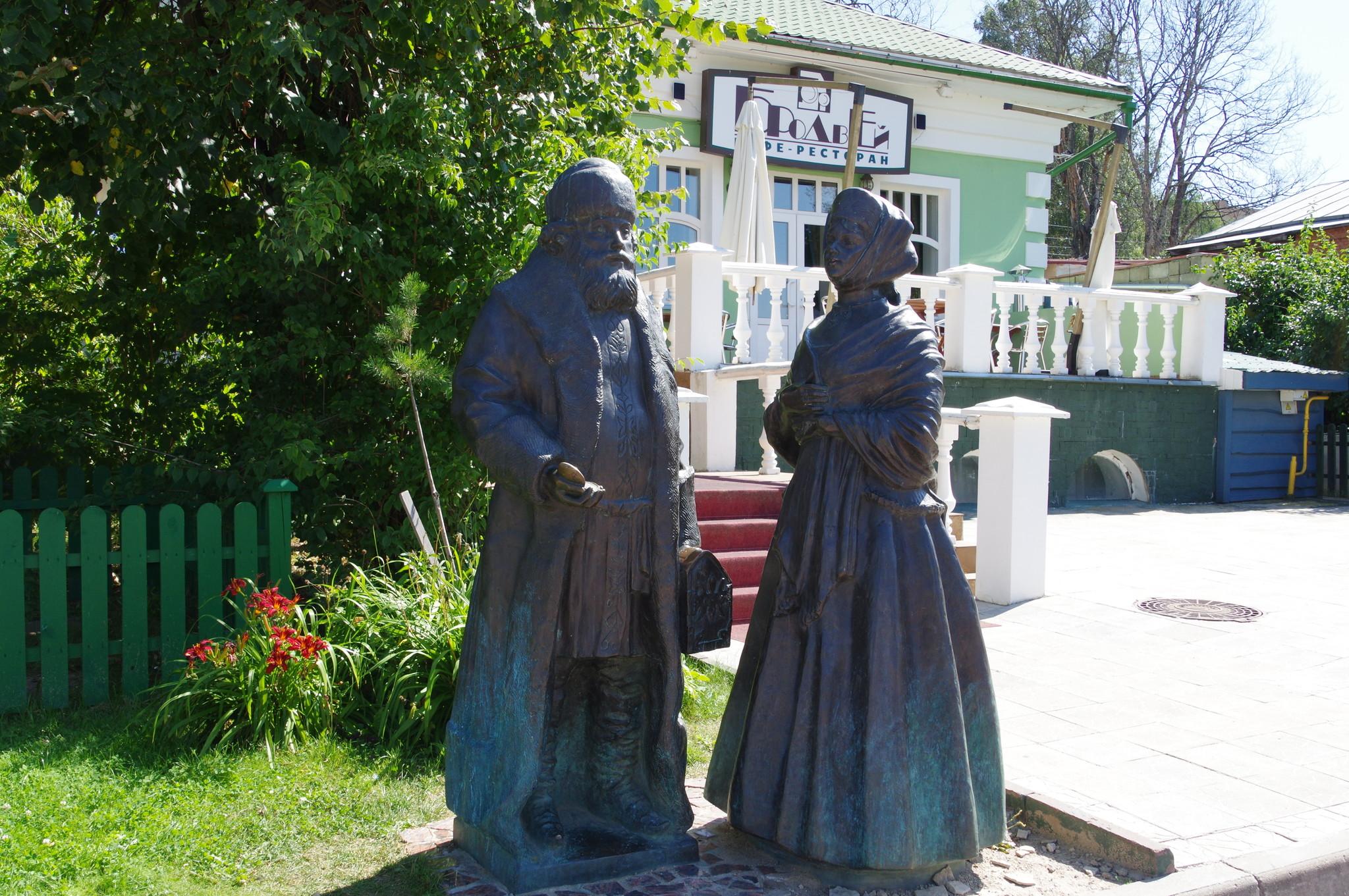 Скульптура «Купец и купчиха» в Дмитрове