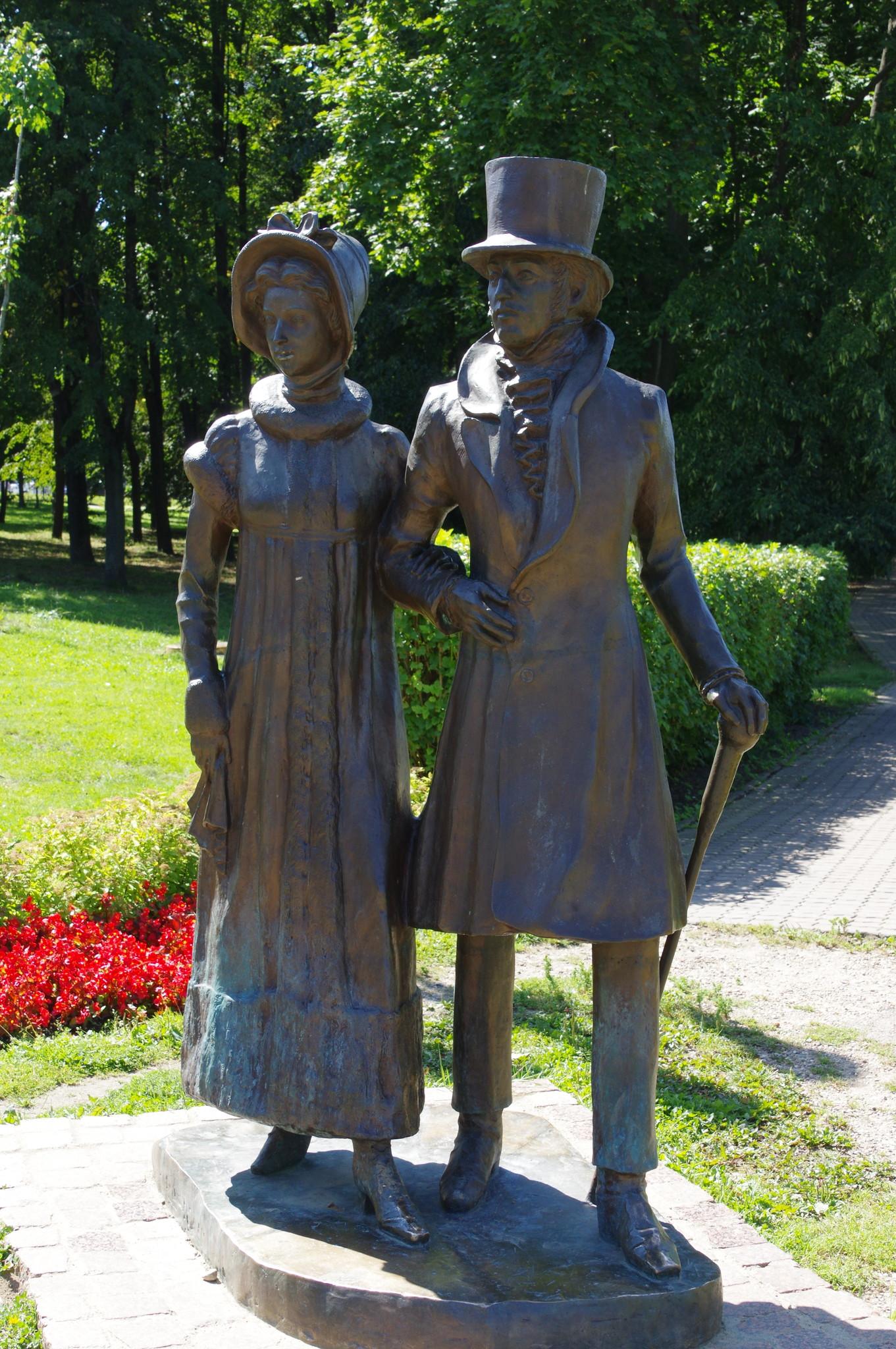 Скульптура «Дворяне» на улице Кропоткинской в Дмитрове