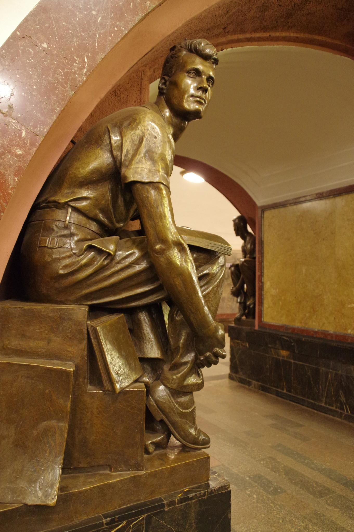 Скульптура «Студент» на станции «Площадь Революции» Московского метрополитена