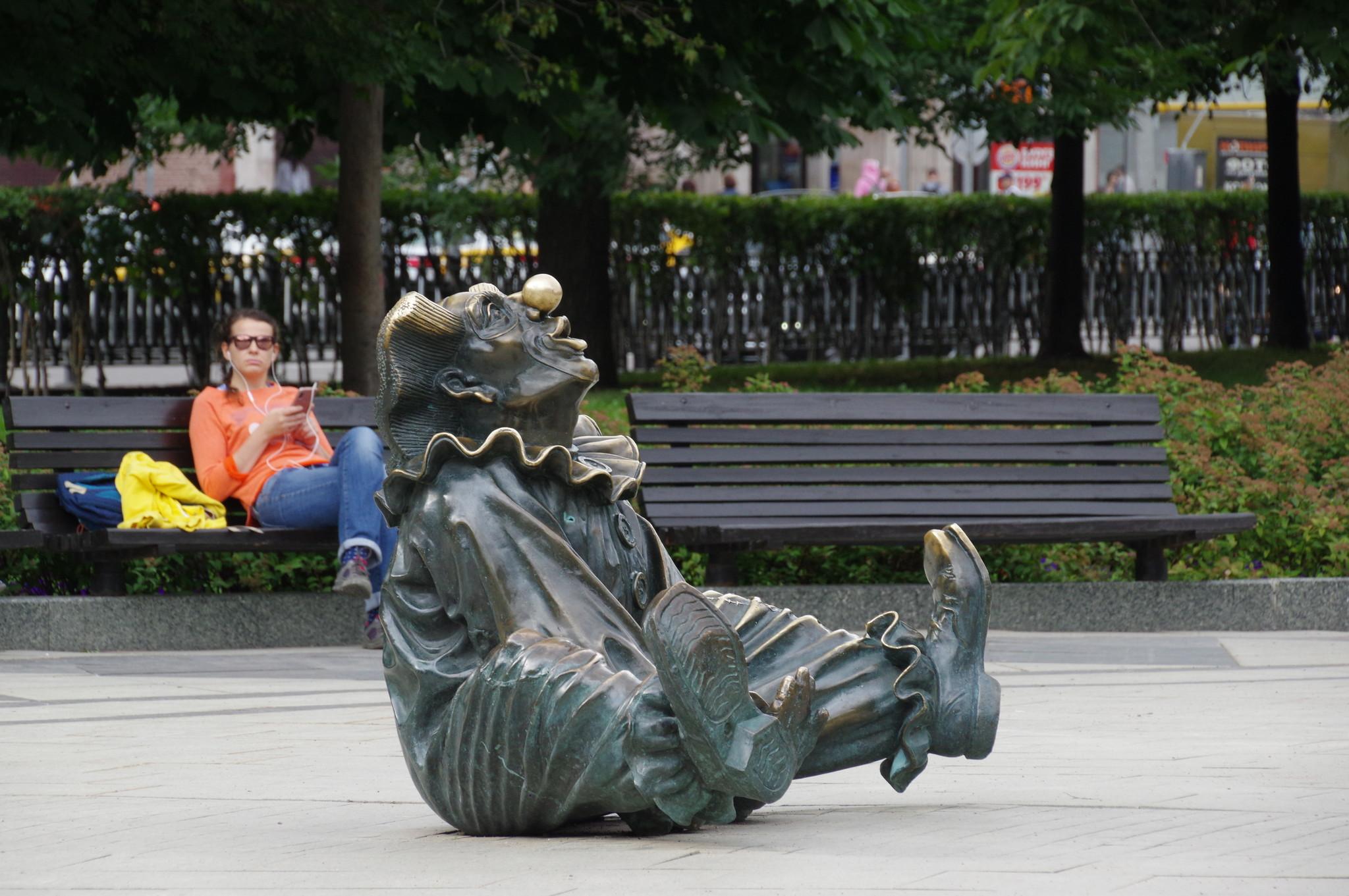 Скульптура циркача в сквере перед цирком на Цветном бульваре в Москве