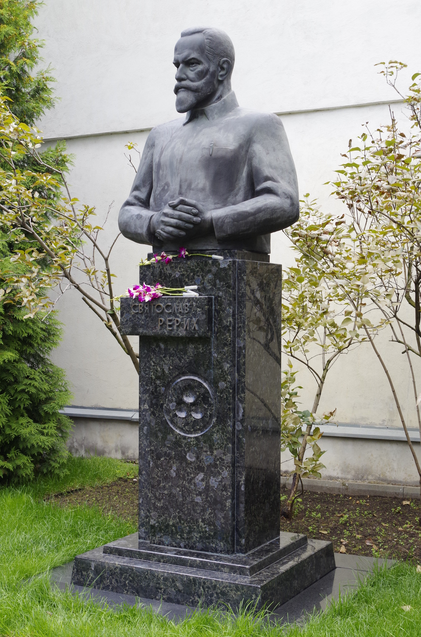 Памятник Святославу Рериху установлен в 2004 году на территории бывшей усадьбы Лопухиных
