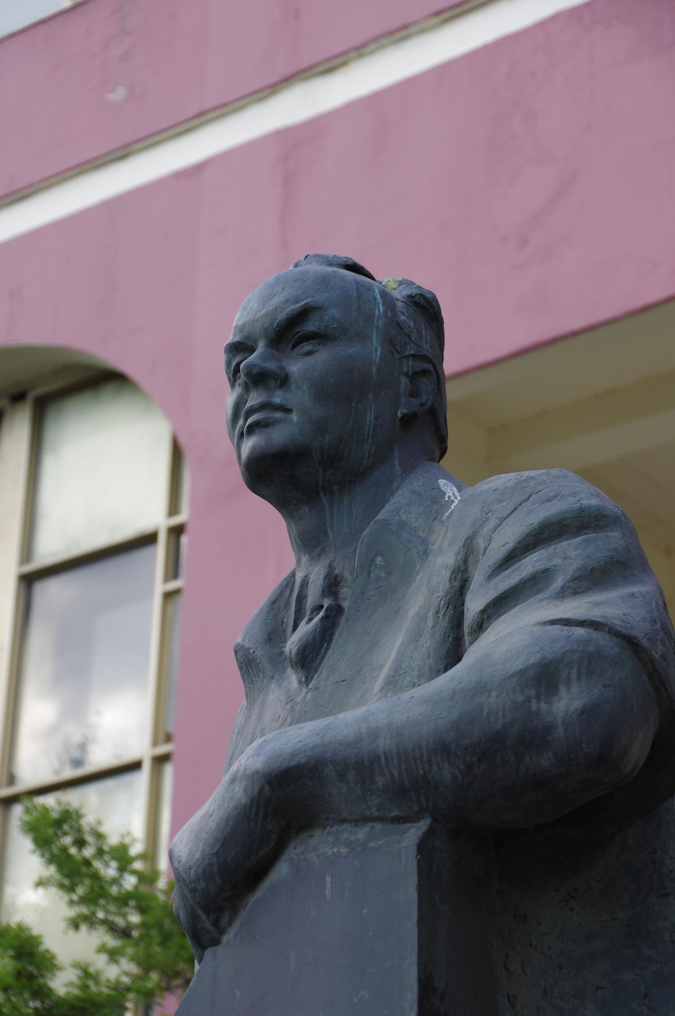 Памятник Народному художнику СССР Николаю Васильевичу Томскому перед зданием Академического художественного лицея
