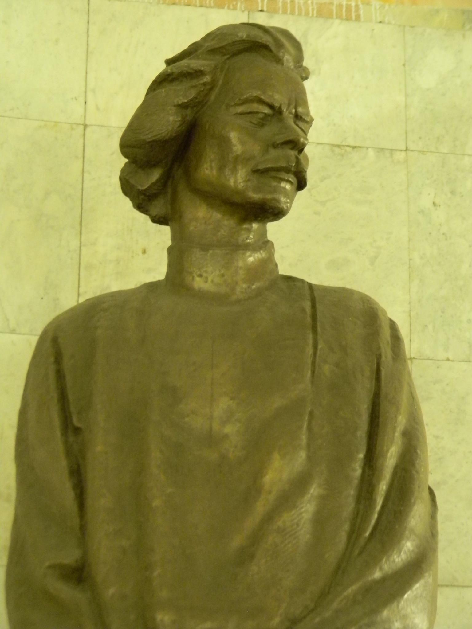Памятник Максиму Горькому работы В.М. Клыкова стоит в переходе между станцией «Тверская» и станцией «Чеховская»