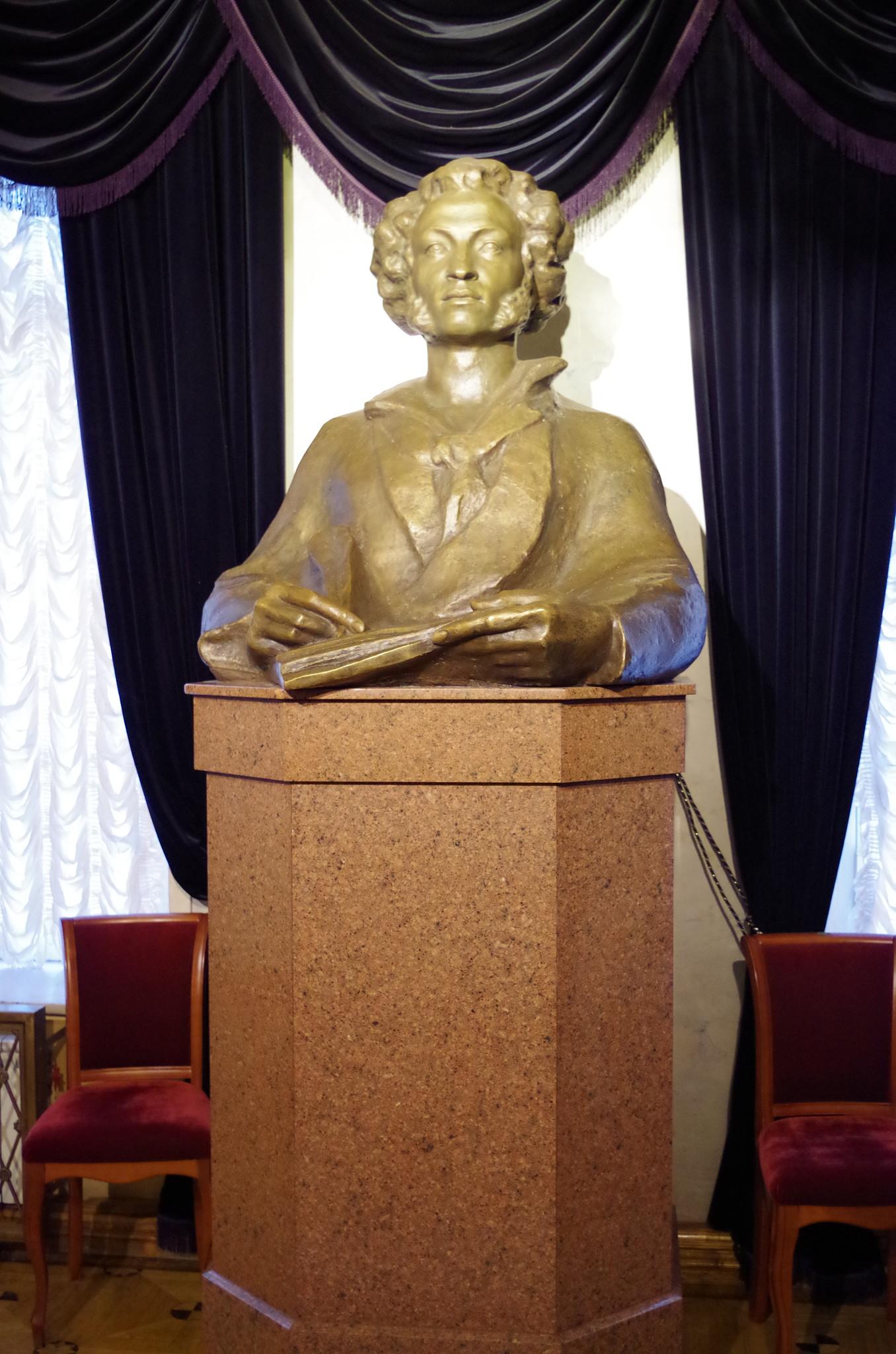 Бюст А.С. Пушкина на втором этаже Московского драматического театра имени А.С. Пушкина