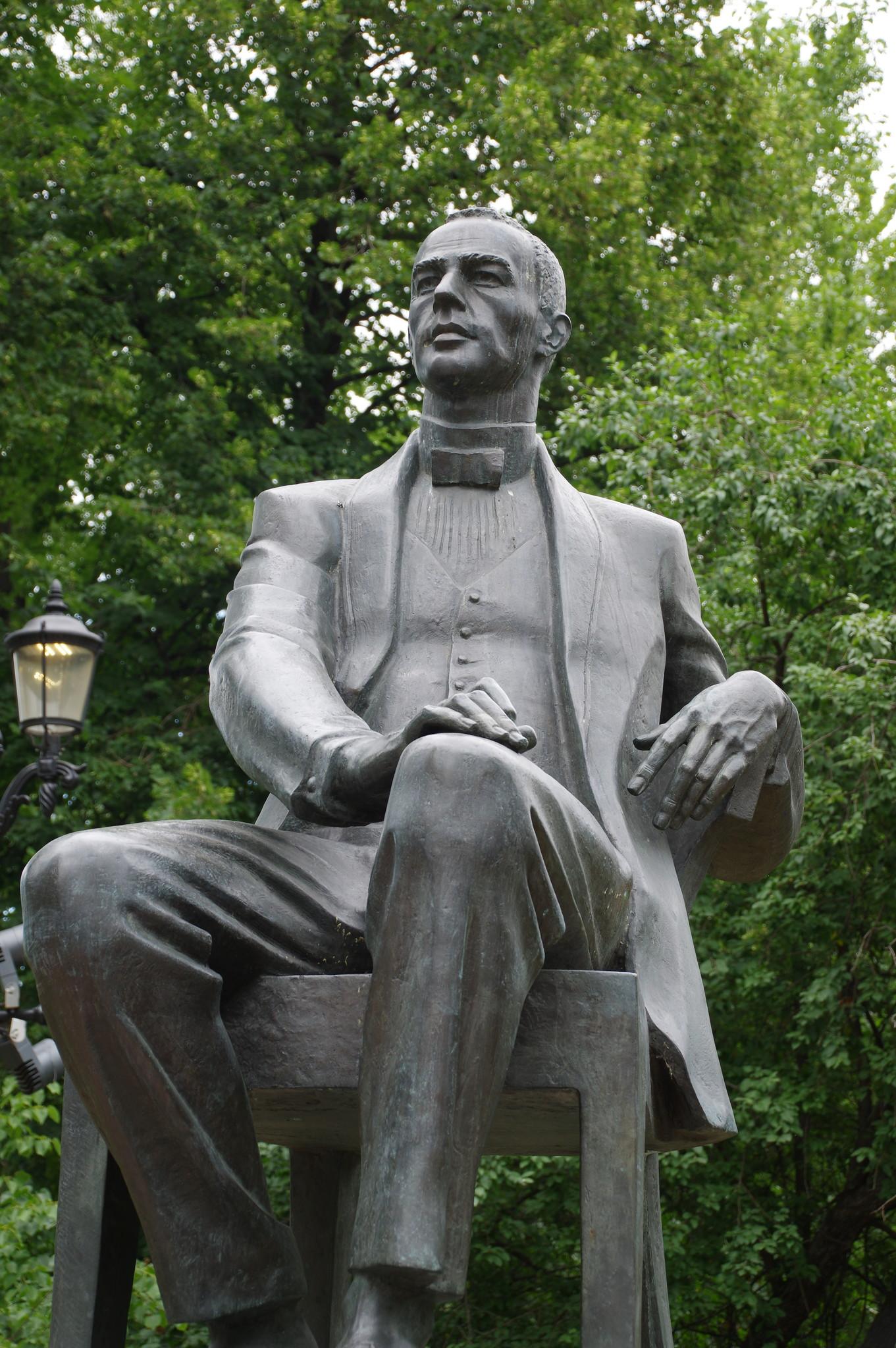 Памятник великому композитору Сергею Васильевичу Рахманинову на Страстном бульваре
