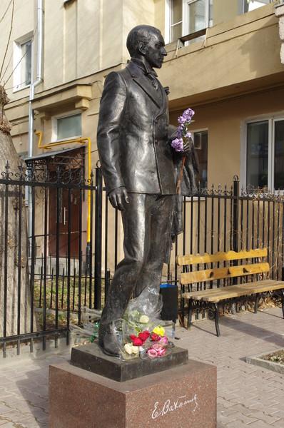 Памятник Евгению Богратионовичу Вахтангову во дворе Щукинского училища