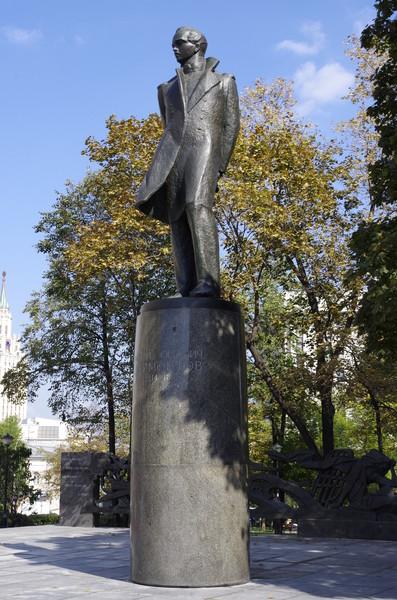 Памятник Михаилу Юрьевичу Лермонтову в Москве (скульптор И.Д. Бродский, архитекторы Н.Н. Миловидов, Г.Е. Саевич, А.М. Моргулис, 1965 г.)