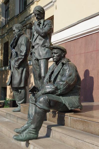Памятник известным выпускникам ВГИКа - Василию Шукшину, Андрею Тарковскому и Геннадию Шпаликову
