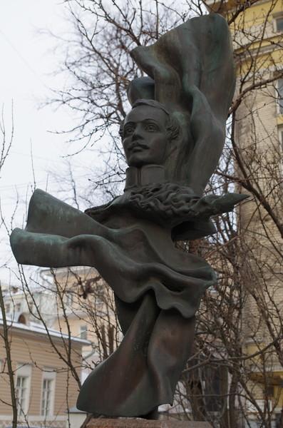 Памятник великому русскому поэту Михаилу Юрьевичу Лермонтову расположен в небольшом сквере на Малой Молчановке