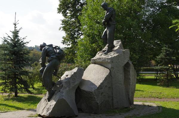 Скульптурная группа «Альпинисты». Скульптор — заслуженный мастер спорта Евгений Михайлович Абалаков