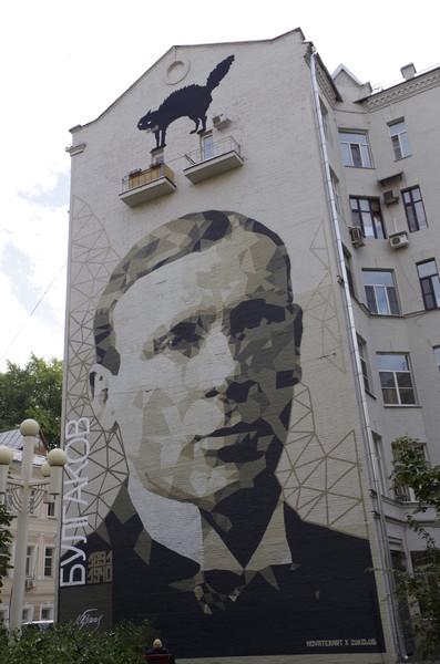 Портрет писателя Михаила Афанасьевича Булгакова на доме № 33 в Большом Афанасьевском переулке