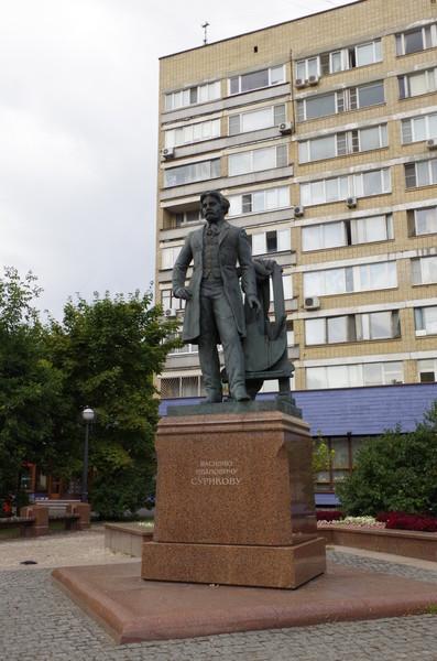 Памятник В.И. Сурикову перед зданием Российской академии художеств в сквере на улице Пречистенка