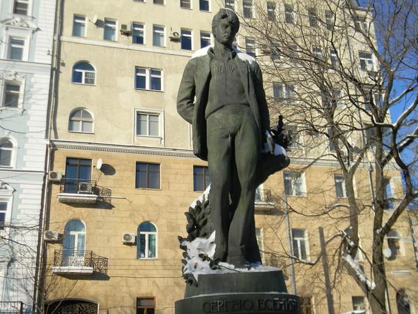 Памятник поэту Сергею Есенину на Тверском бульваре в Москве