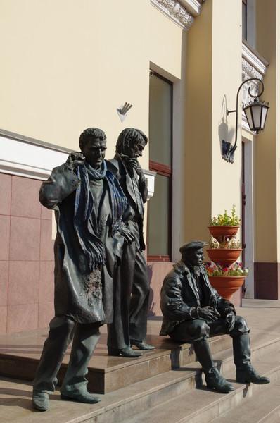Памятник известным выпускникам ВГИКа - Геннадию Шпаликову, Андрею Тарковскому и Василию Шукшину