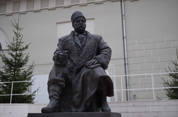 Памятник В.А. Гиляровскому во дворе музея Москвы. Скульптор А.С. Головачев, бронза, 2012