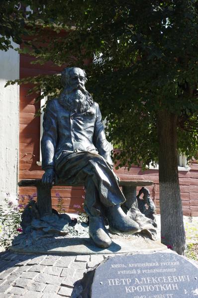Памятник Петру Алексеевичу Кропоткину в Дмитрове (скульптор - Александр Рукавишников)