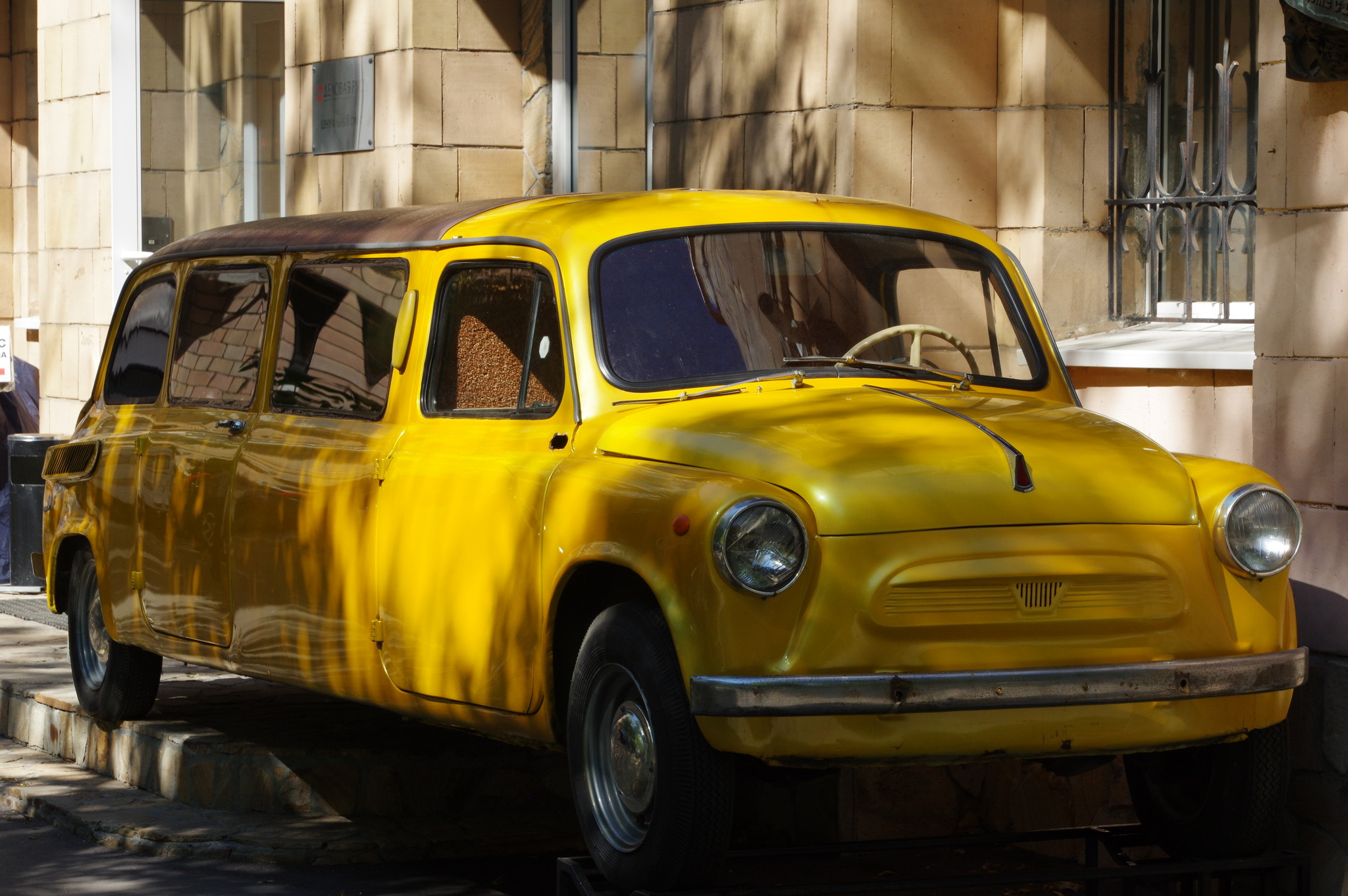 Автомобиль у дома в Москве, где жил режиссёр Леонид Иович Гайдай (улица Черняховского, дом 5, корпус 1)