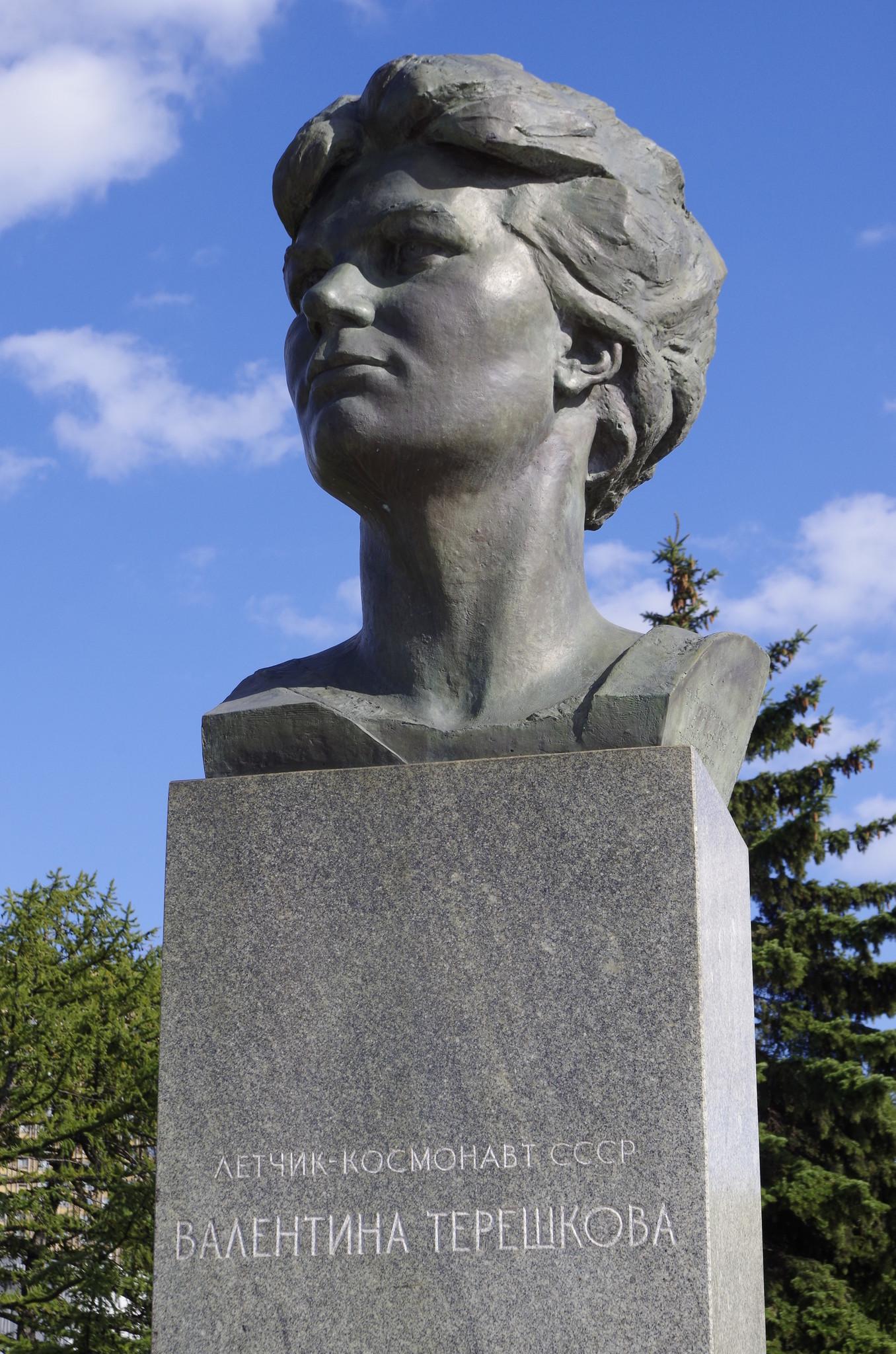 Памятник Валентине Владимировне Терешковой на Аллее Космонавтов в Москве