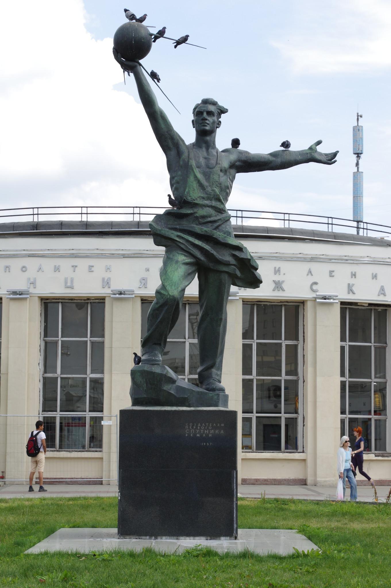 Памятник создателям первого спутника Земли у входа на станцию «Рижская» Калужско-Рижской линии Московского метрополитена