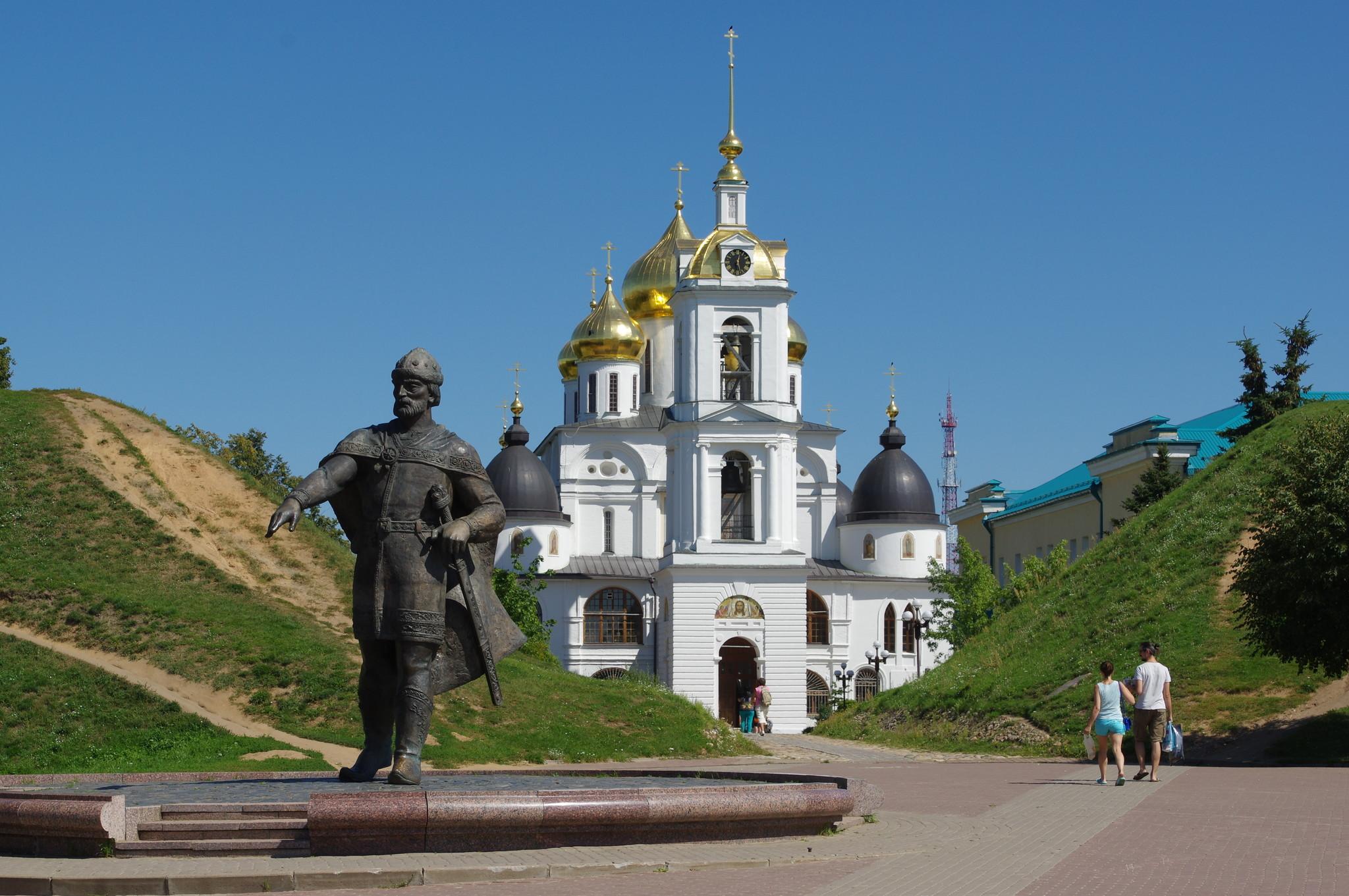 Памятник Юрию Долгорукому у южного входа в Кремль города Дмитрова