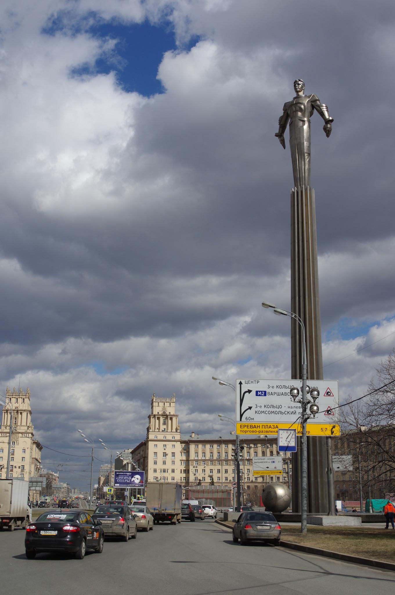 Памятник Юрию Алексеевичу Гагарину был установлен в Москве 4 июля 1980 года