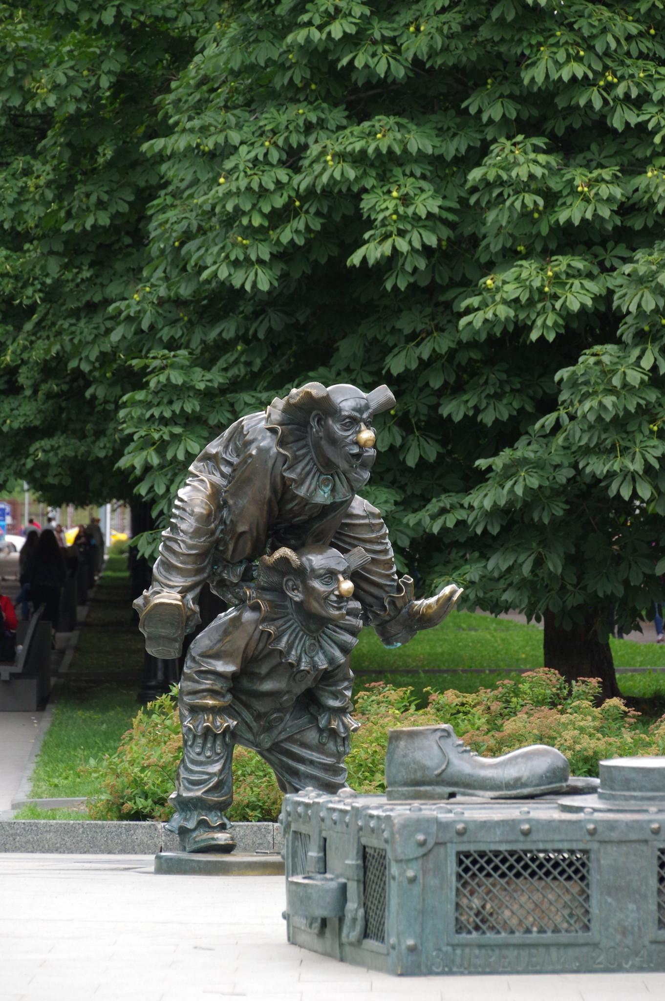Скульптурная композиция «Клоуны» работы Зураба Церетели на Цветном бульваре