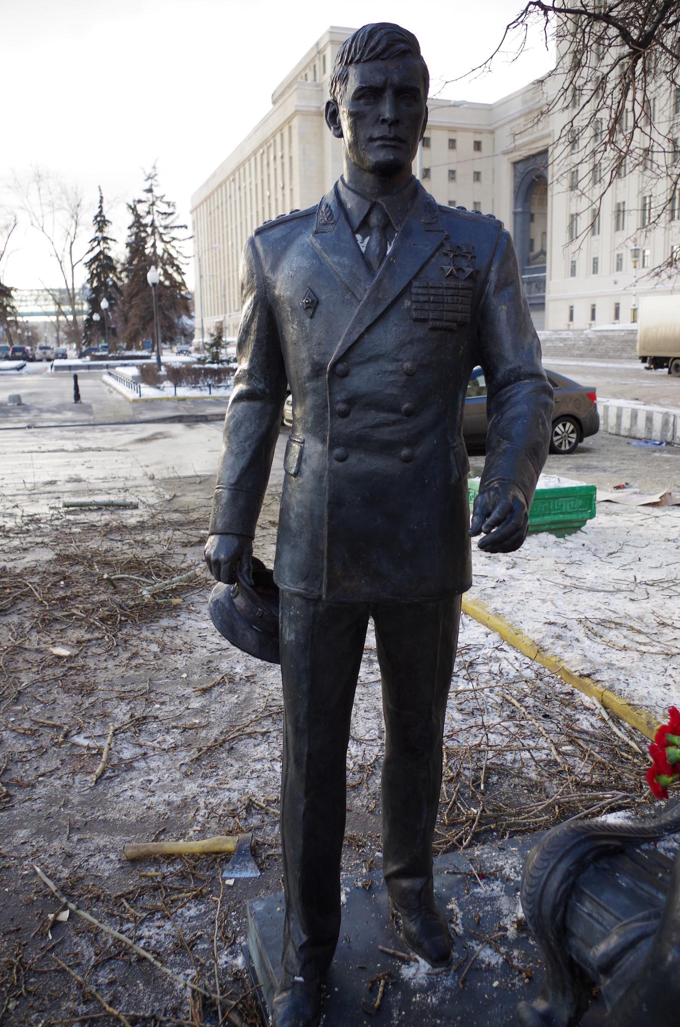Памятник героям фильма «Офицеры» возле здания Минобороны России в Москве