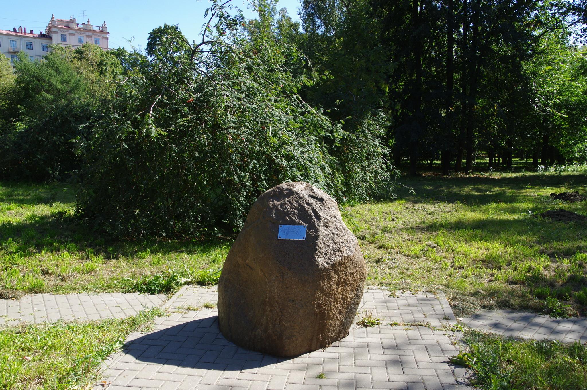 На одной из аллей Чапаевского парка (Парка Авиаторов)