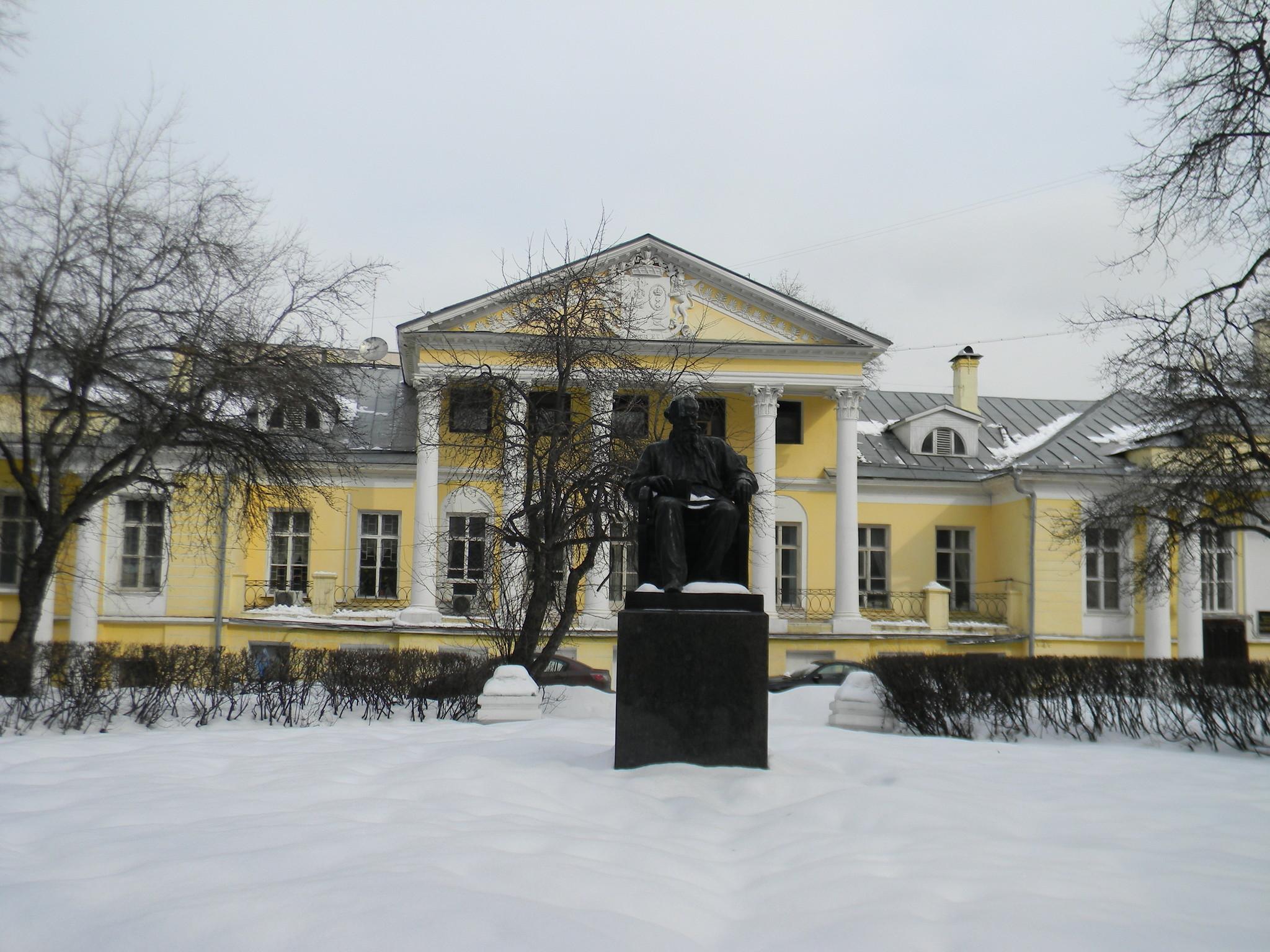 Памятник Льву Николаевичу Толстому на Поварской улице