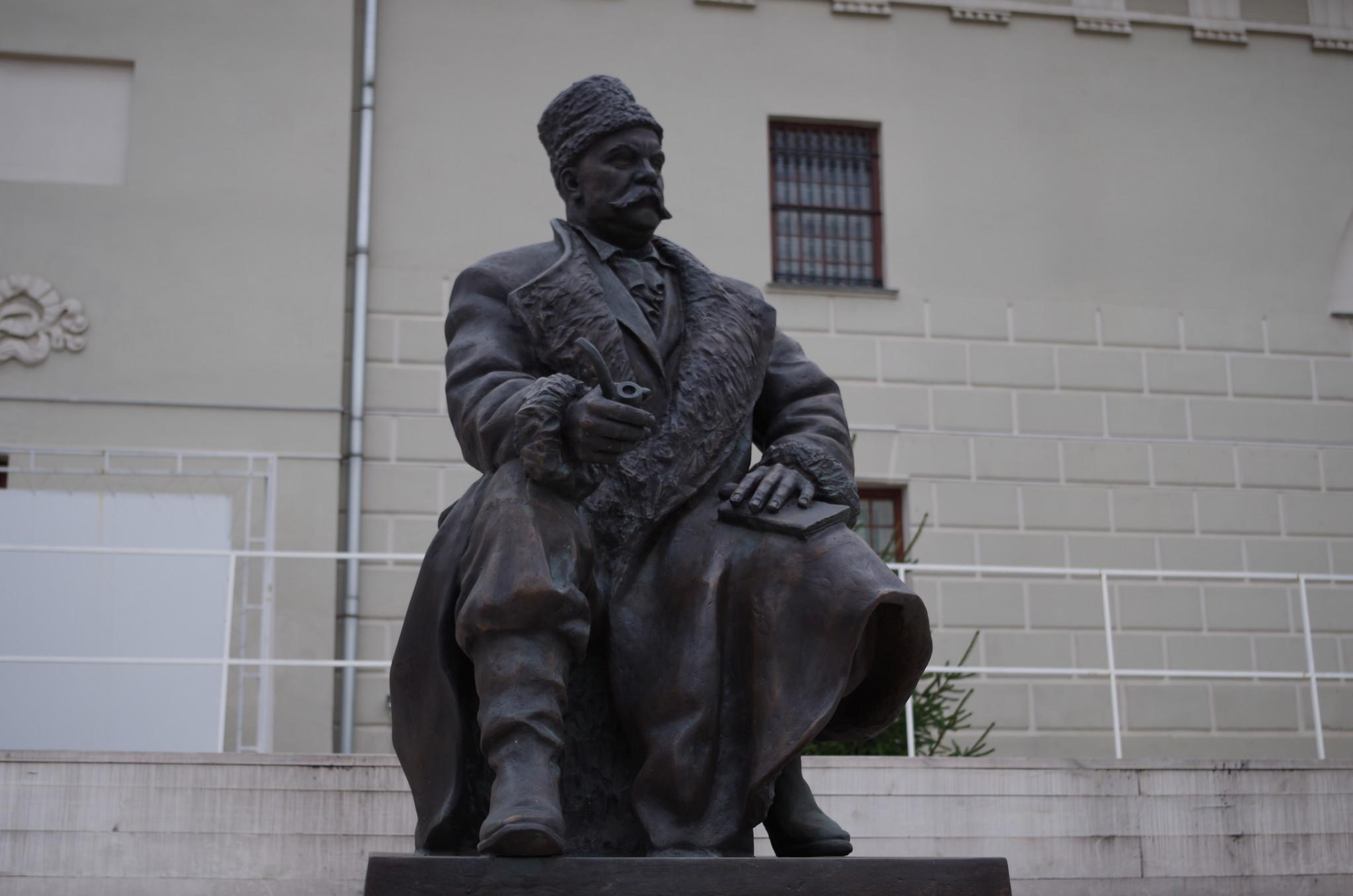 Памятник Владимиру Алексеевичу Гиляровскому во дворе музея Москвы