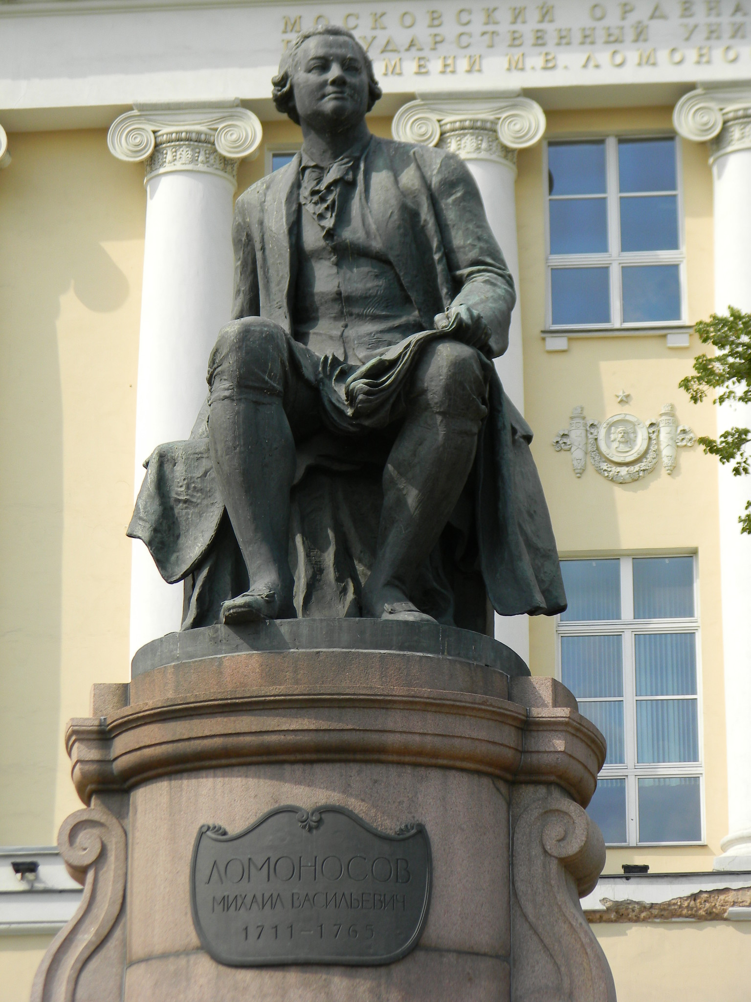 Памятник Михаилу Ломоносову на Моховой улице