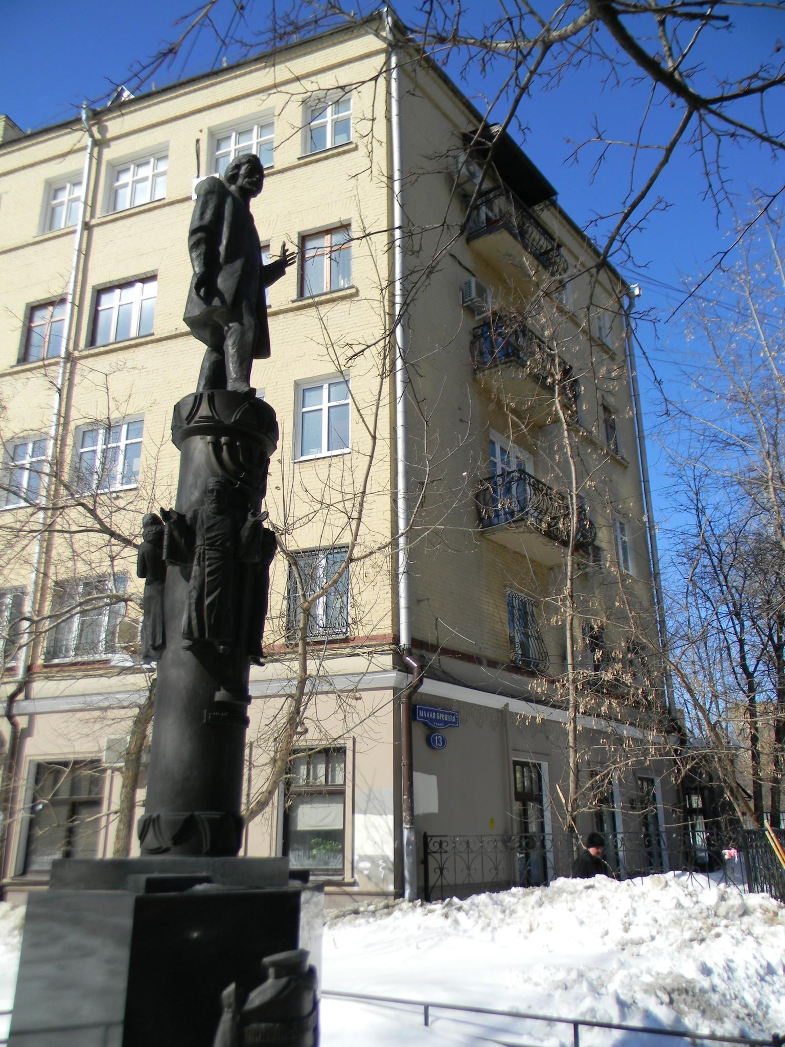 Памятник Шолом-Алейхему на пересечении Большой Бронной и Малой Бронной улиц